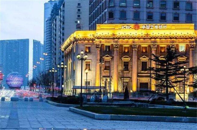 玉石铺装的中心圆台典雅醒目;广场周围的建筑多是日