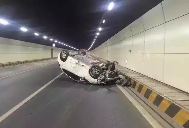 海底隧道里发生惊险一幕 如此行驶太危险