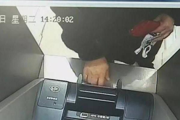 本溪粗心女子取1000元却收到2次短信 银行卡内5000元被盗刷