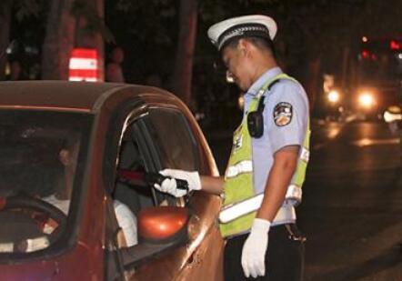 如果有女学生醉酒驾车并伤到人,在案发现场被抓住了,会不会被戴手铐脚镣,会不会被脱鞋脱袜