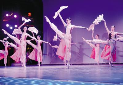 """云飏阁上演芭蕾舞晚会 浑河""""晚渡""""《天鹅湖》美不胜收"""