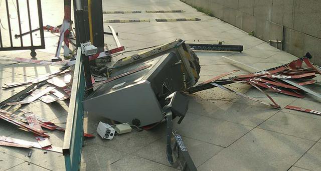 """辽阳业主太""""任性"""" 开豪车撞碎小区栏杆扬长而去"""