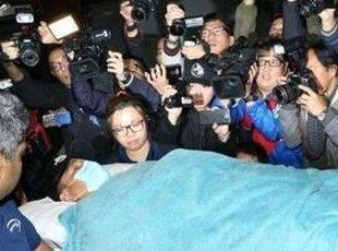 刘德华额头伤口明显 媒体疯狂拍照