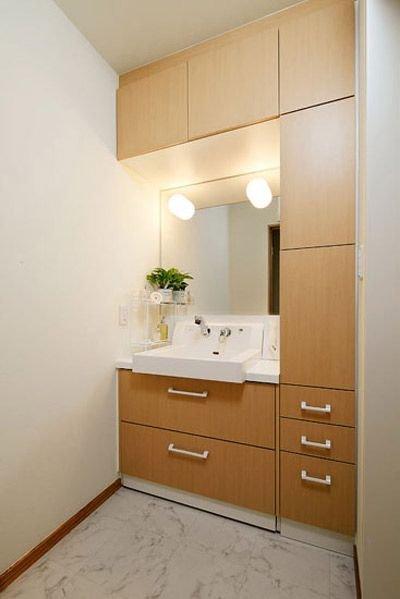 木色的柜子,白色的金属把手,纯自然的色彩将洗漱间装饰的更加清新淡雅