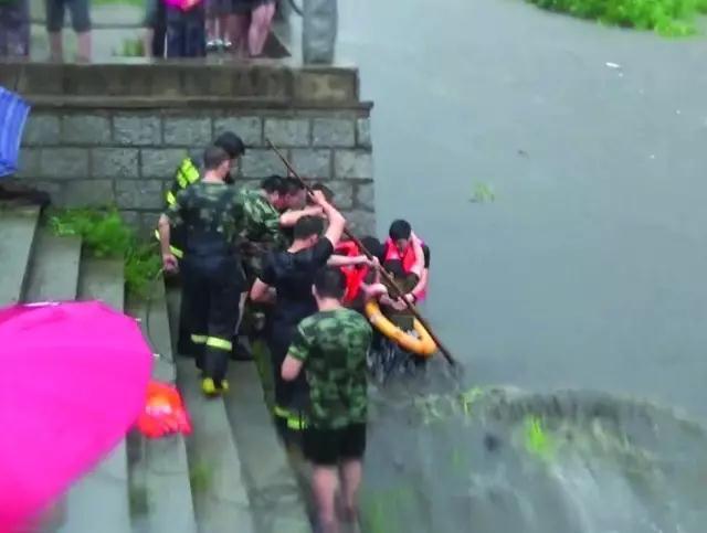 丹东一名7旬老人大雨中横穿花园河被困,危急时刻……
