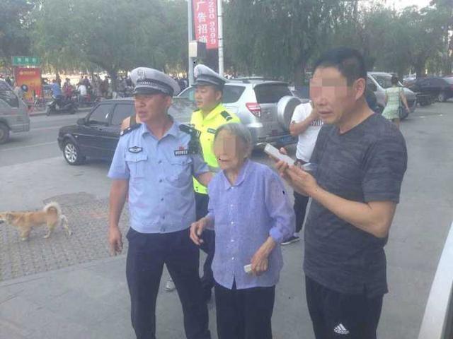 葫芦岛8旬老太遛弯时走丢 警察帮忙寻亲