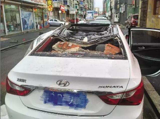 抚顺一居民楼墙体脱落砸坏车 所幸当时车中没人