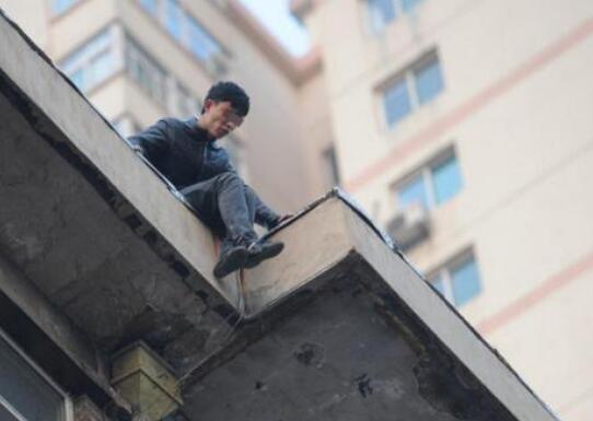 因玩手机和家长争执 少年欲跳楼