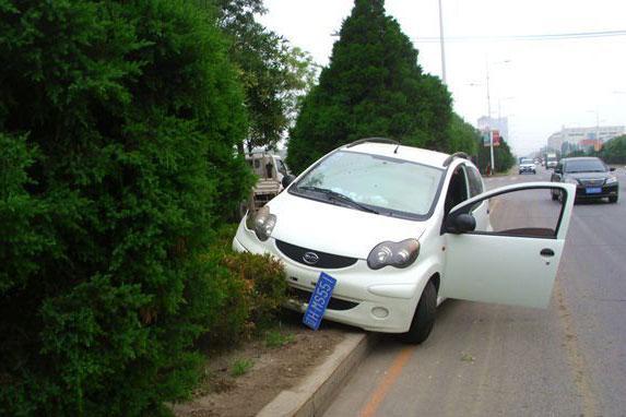 """营口一""""新手""""不小心将车开上路岛"""