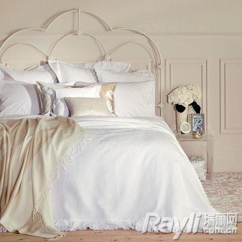 欧式圆角蕾丝边设计的床品彰显出高贵的奢华