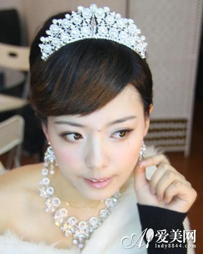 手绘短发女生带皇冠