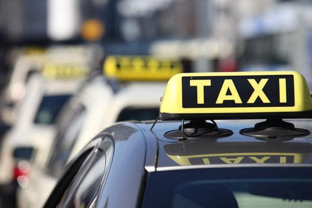 """铁岭这个出租车司机不讲究 """"瞒天过海""""收两份车费"""