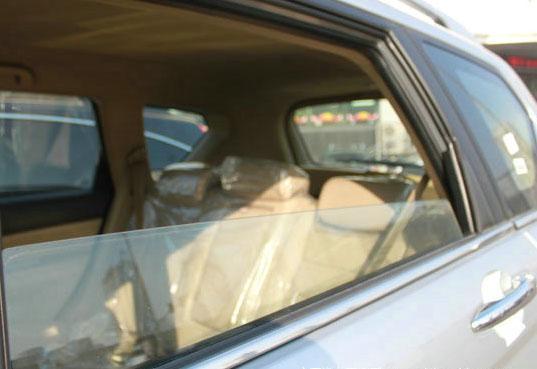 为何车后排窗户不能一降到底 真相竟是这样