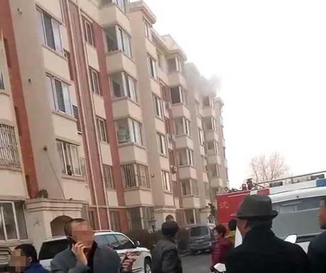 """""""200万票子没了!"""" 沈阳女子家中起火哭晕在街头"""