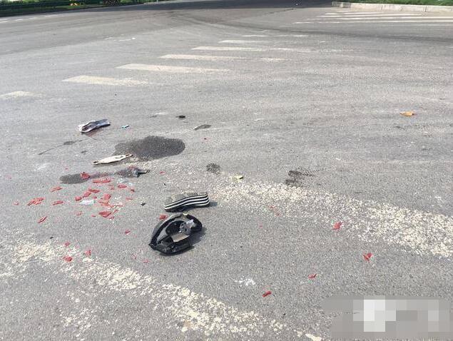 女子骑电动车遭碾压当场死亡 现场上方即是警示标