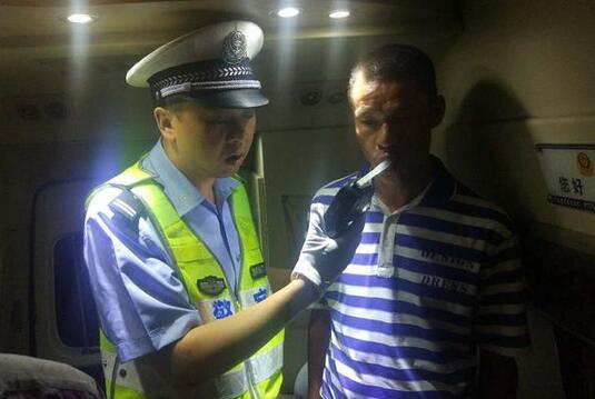 男子无证醉驾 遇见警察弃车狂逃