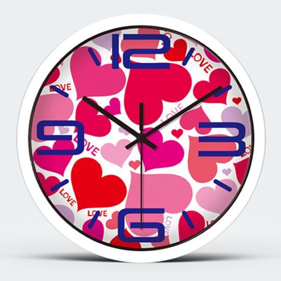 """编辑推荐:这款钟表注满了爱情的元素,爱心,""""love""""字母融合为一个图片"""