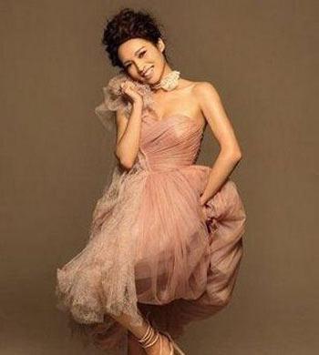 单人外景的婚纱照可以摆一些非常百搭的姿势,比如一个很简单的仰望