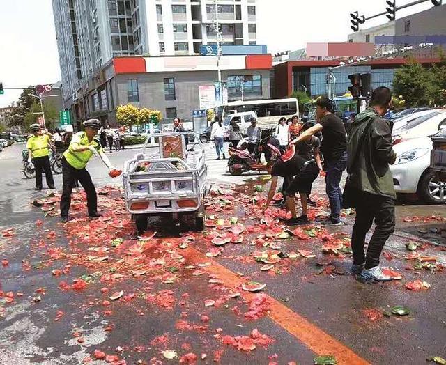 """葫芦岛街头现""""西瓜事故"""" 半车西瓜碎裂一地"""