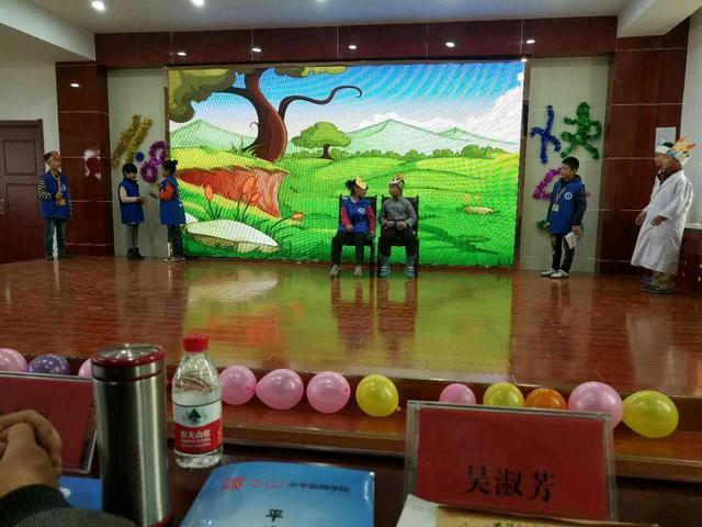 家带来情景寓言故事《没牙的大老虎》.-甘肃平凉百名小记者庆祝
