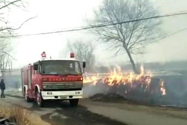 昌图十多个柴草垛疑被点燃 消防队员从下午扑救至凌晨