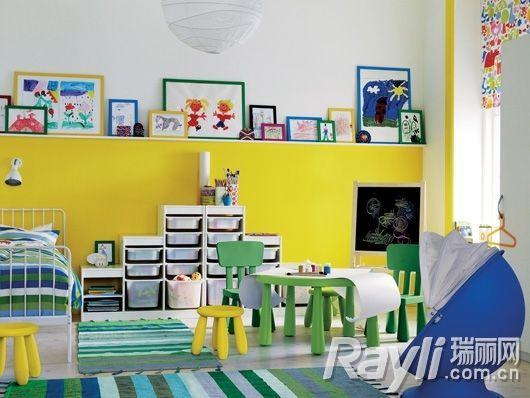 明黄墙面,坐凳以及绿色地毯,桌椅让儿童房也充满春的生机.