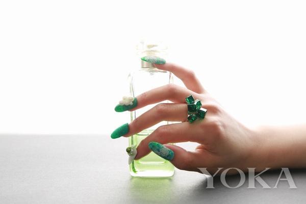 人人都知道Pantone绿火 如何美甲美得不一样?