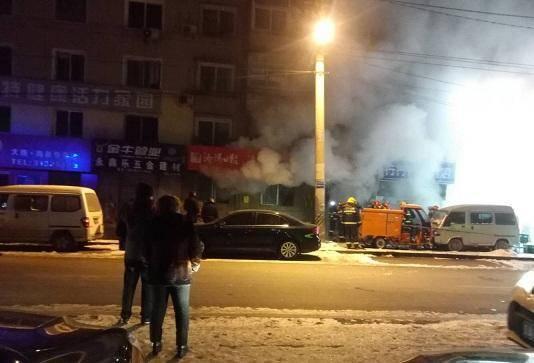 沈阳一外卖换电站起火 店内电瓶被烧毁