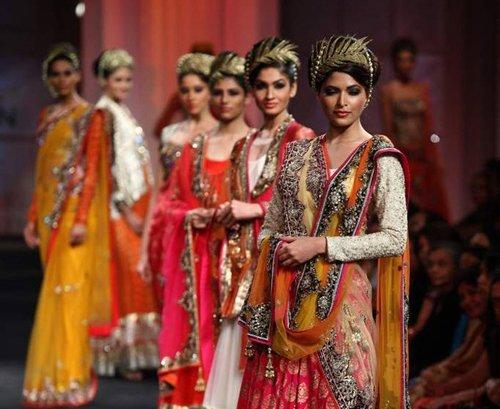 发布会既展出了浓郁欧式风格的服装,也不乏印度传统的纱丽长袍,它们的