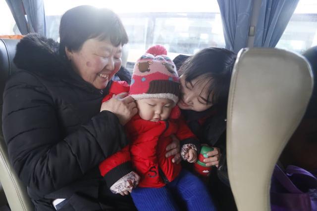 宝宝生日当天得知回家喜讯 公益大巴让一家三代笑开颜