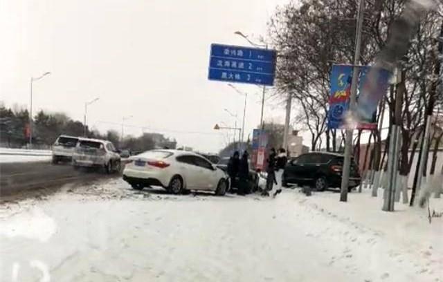 【辽阳下王家四车连撞】一辆公交横在路上 三辆轿车集体奔向路边