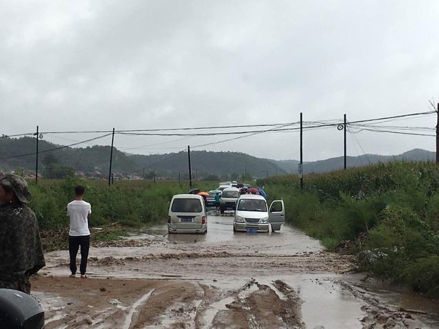暴雨惹祸!铁岭小桥被大水截断 面包车被困其中