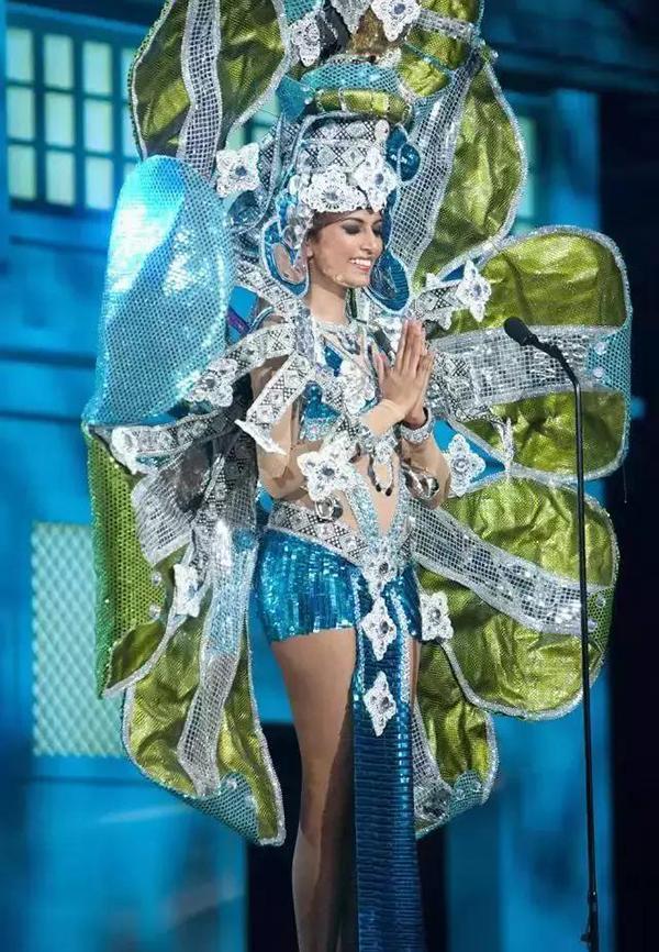 环球小姐被要求穿一套自己国家特色的衣服、然后韩国就亮了