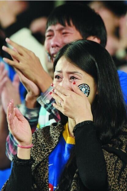球迷因大连足球降级落泪走红 哭得太猛险些晕倒