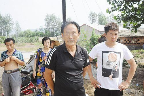 岫岩救灾 退休老厂长领路救村民