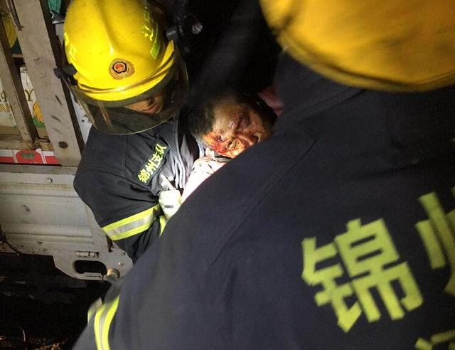 独腿男子车祸被卡驾驶室 锦州消防破拆车门救人