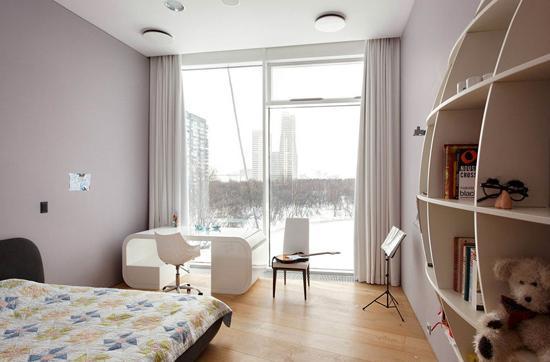 如何打造敞亮通透的大户型?本案例将为你支招!这间位于莫斯科的大户型通过开放式的空间设计,全方位的玻璃外墙和镜面背景墙充分地扩大公寓的空间感,美观实用的巨石阵和如繁星般璀璨的灯饰营造出豪华、浪漫的氛围,为你创造出豪华游轮般的高品质生活环境。 进入具体空间分析:  客厅设计 设计重点:宽敞大气 编辑点评:省去多余隔断设计的客厅显得尤其开阔,颇有大别墅的敞亮与气派;白色沙发与黑色地毯形成鲜明的色彩对比,使空间更有层次感。