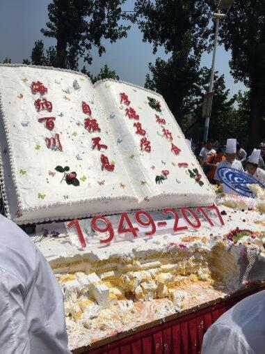 大工7.2米长巨型蛋糕刷爆朋友圈 够1万人食用