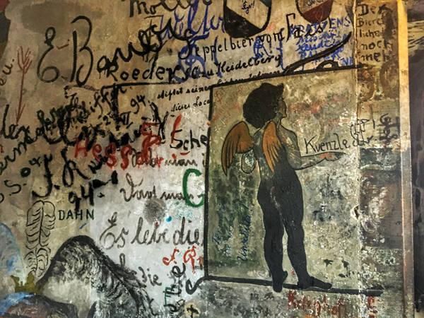 """墙上的""""小天使""""画像,似乎传达着一个意思:我是无罪的.-海德堡 图片"""