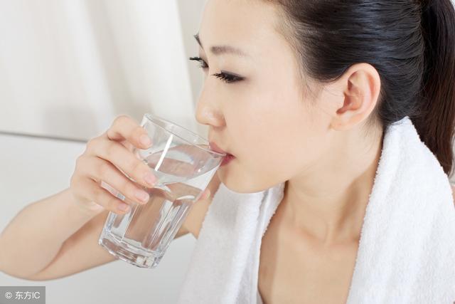 身体出现这6个变化就是缺水了 赶紧去倒水喝