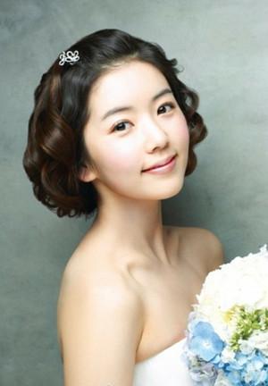 这款露额的韩式新娘短发发型,露额短发凸显了精致的五官,而微卷图片