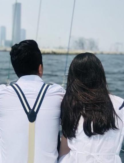 女孩帆船上喂海鸥险落水 大连小伙一把拉住俩人成情侣