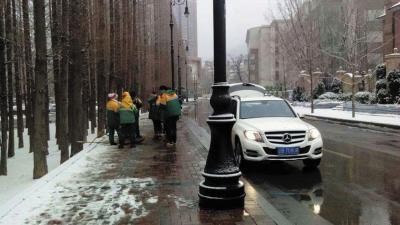 环卫工路边吃冷饭 市民开自家车为工人送热水