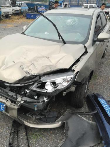 男子驾车私拉客 半路被十多个人打车也被砸