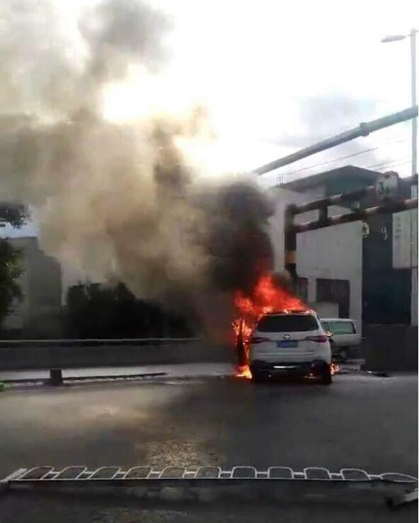 沈海立交上发生严重车祸 SUV起火浓烟滚滚