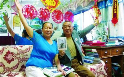 六旬老人践行恋爱承诺 带老伴走遍600余个景区