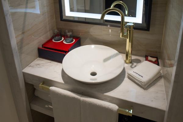 酒店卫生间以时尚、现代的装修和柔和的灯光为主调,带给客人舒适的感受。简洁的线条,时髦且现代的水槽,极简理念贯穿整个卫生间的设计主题。洗护用品上,精心选用众多星级酒店首选品牌——SEVEN-PLUS,用心呵护每位宾客,令宾客在时尚简约的环境中探寻品质生活。