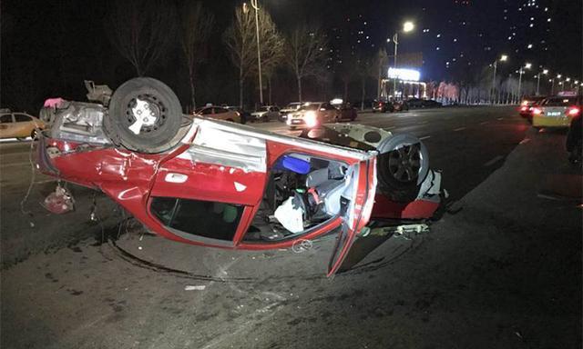 沈阳中央大街两出租车相撞 乘客被甩出车门
