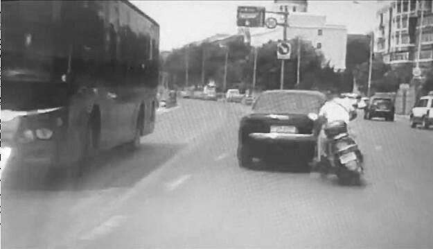 奥迪撞倒摩托逃逸 后车拍下全过程