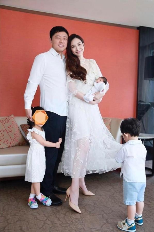 吴佩慈生下第三胎 晒五口全家福已有细胳膊细腿